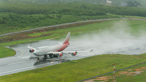 L'avion de voies aériennes de Rossiya, Boeing 747-400, décollent à phuket a Photographie stock libre de droits