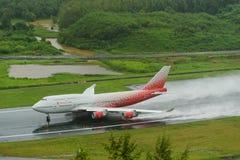 L'avion de voies aériennes de Rossiya, Boeing 747-400, décollent à phuket a Image libre de droits