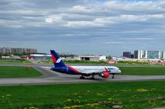 L'avion de VQ-BQA Azur Air Airline Boeing 757-2Q8 se prépare au décollage de la piste de l'aéroport international de Pulkovo Photo libre de droits