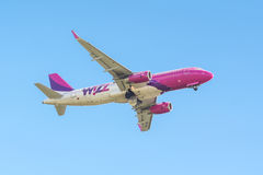 L'avion de Wizzair décollent de la piste à Kaunas AI internationale Photographie stock