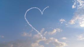 L'avion dessine la forme de coeur sur le ciel illustration de vecteur