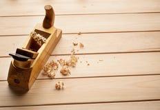 L'avion du charpentier sur le fond en bois Image stock
