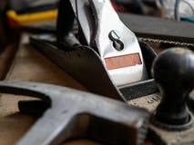 L'avion en bois, marteau, bois a vu à l'arrière-plan blured photos libres de droits