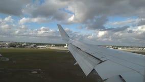 L'avion entre pour débarquer à l'aéroport, l'atterrissage de la vue d'avions du bloc d'éclairage banque de vidéos