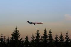 L'avion est au coucher du soleil au-dessus de la forêt Images libres de droits