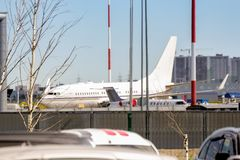 L'avion est dans le parking de l'aéroport Photos libres de droits