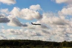 L'avion est dans les nuages au-dessus de la forêt Image stock