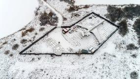 L'avion est garé dans la forêt en hiver Photo stock