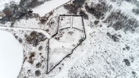 L'avion est garé dans la forêt en hiver Photos libres de droits