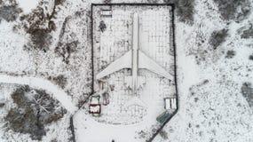 L'avion est garé dans la forêt en hiver Images libres de droits