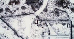 L'avion est garé dans la forêt en hiver banque de vidéos