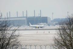 L'avion est prêt pour le décollage, aéroport de Munich dans l'horaire d'hiver avec la neige Photographie stock