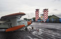L'avion et l'aéroport dominent à Bandung, Indonésie photographie stock
