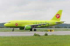 L'avion fait le roulement sur le sol sur l'aéroport international de Domodedovo de piste de roulement Photo stock