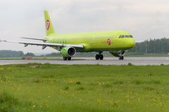 L'avion fait le roulement sur le sol sur l'aéroport international de Domodedovo de piste de roulement Images libres de droits