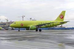 L'avion fait le roulement sur le sol sur l'aéroport international de Domodedovo de piste de roulement Photos libres de droits