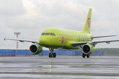 L'avion fait le roulement sur le sol sur l'aéroport international de Domodedovo de piste de roulement Images stock