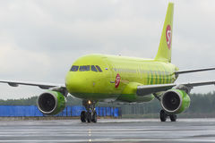 L'avion fait le roulement sur le sol sur l'aéroport international de Domodedovo de piste de roulement Photographie stock