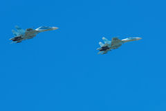 L'avion à fuselage large vole en ciel bleu Images stock
