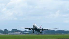 L'avion jumel de moteur décolle banque de vidéos