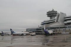 L'avion près du terminal à l'aéroport Minsk, Belarus, 09 08 2017 Images libres de droits