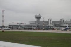 L'avion près du terminal à l'aéroport Minsk, Belarus, 09 08 2017 Images stock
