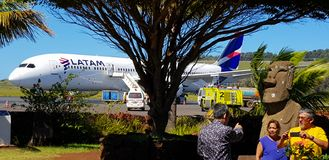 L'avion qui relie l'île de Pâques au Chili image stock