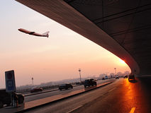 L'avion a quitté un aéroport Image stock