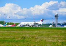 L'avion régional de Canadair de lignes aériennes de Severstal Aircompany monte sur la piste après arrivée dans l'aéroport interna Photographie stock
