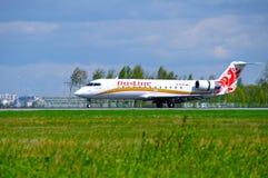 L'avion régional du jet CRJ-100ER de Canadair de ligne aérienne de Rusline débarque dans l'aéroport international de Pulkovo à St Photos libres de droits