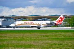 L'avion régional du jet CRJ-100ER de Canadair de ligne aérienne de Rusline débarque dans l'aéroport international de Pulkovo à St Photographie stock libre de droits