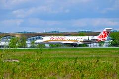 L'avion régional du jet CRJ-100ER de Canadair de ligne aérienne de Rusline débarque dans l'aéroport international de Pulkovo à St Photo libre de droits