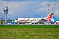 L'avion régional du jet CRJ-100ER de Canadair de ligne aérienne de Rusline débarque dans l'aéroport international de Pulkovo à St Images stock