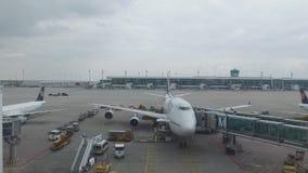 L'avion reste sur le terminal clips vidéos