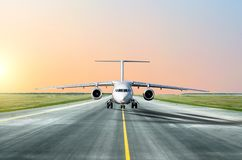 L'avion roule au sol avant décolle le soir au coucher du soleil à l'aéroport Photo libre de droits
