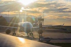 L'avion roule au sol pour décoller au lever de soleil Une préparation d'avion Images stock