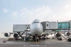 L'avion s'élève au tunnel à l'aéroport Images stock