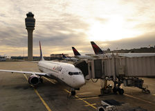 L'avion s'est accouplé sur le terminal de Hartsfiled Jackson Photographie stock libre de droits