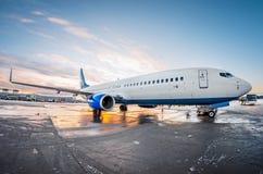L'avion s'est garé à l'aéroport au ciel d'aube du soleil Photos stock