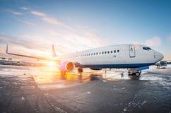 L'avion s'est garé à l'aéroport au ciel d'aube du soleil Photographie stock libre de droits