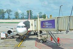 L'avion s'est garé près du bâtiment d'aéroport et de la belle vue Images libres de droits