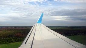 L'avion se prépare au débarquement dans l'aéroport européen Images libres de droits
