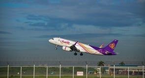 L'avion thaïlandais de voies aériennes de sourire décollent Photo stock