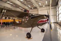 L'avion vert de Cessna O-1E d'armée a appelé le chien d'arrêt photographie stock libre de droits