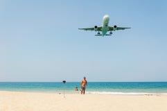 L'avion viennent dans la terre avec certains Photo stock