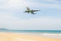 L'avion viennent dans la terre avec la mer bleue Photos libres de droits