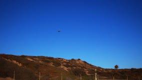 L'avion vole au-dessus clips vidéos