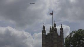 L'avion vole au-dessus de la tour Indicateur de la Grande-Bretagne banque de vidéos