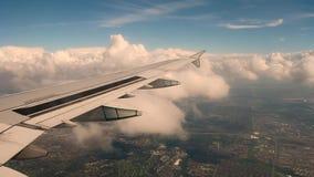 L'avion vole dans les nuages entre le ciel et la terre banque de vidéos