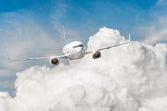 L'avion vole des cumulus massifs d'été images libres de droits